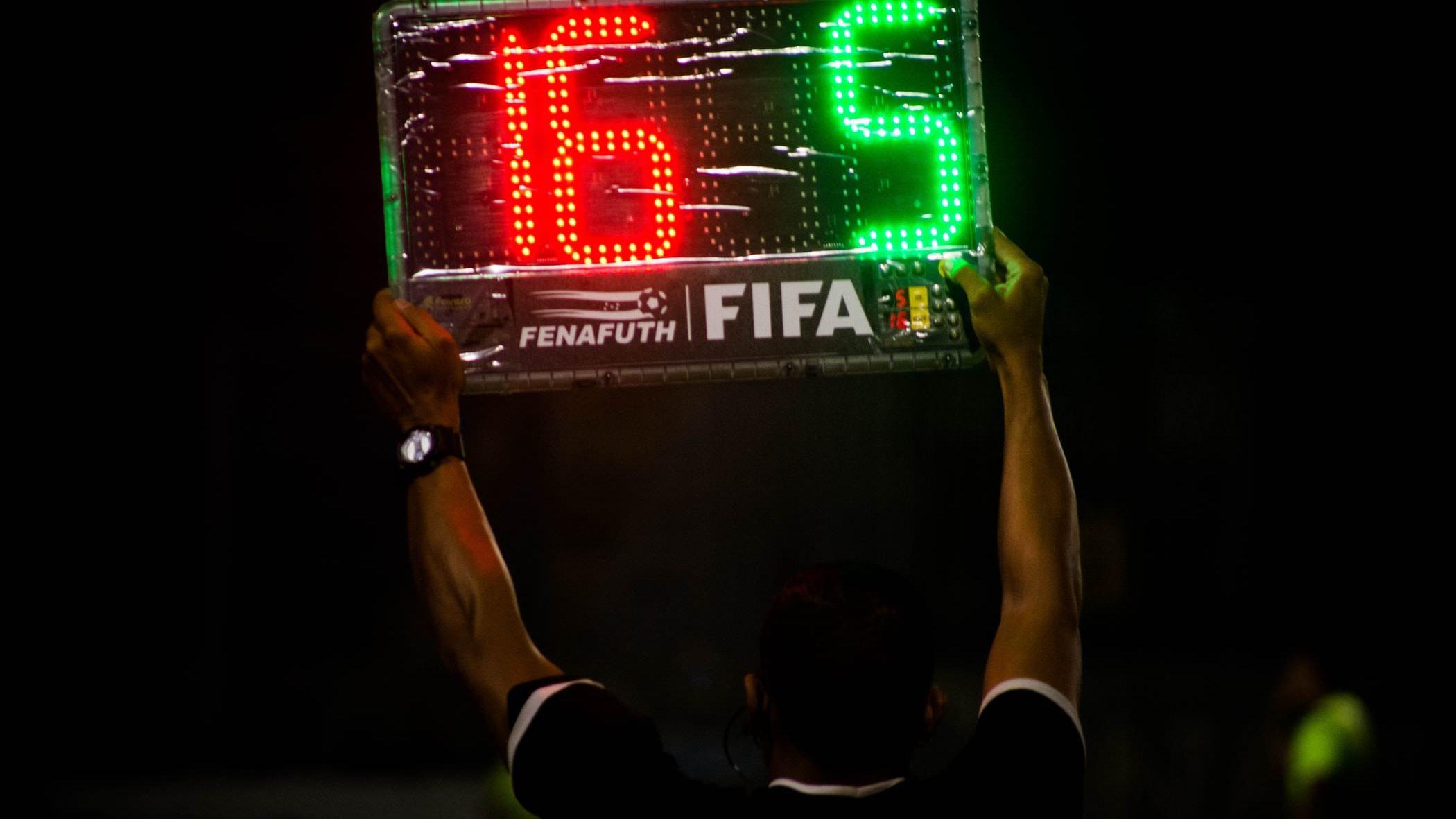 サッカーの審判が使う英語ボキャブラリー&フレーズ50+